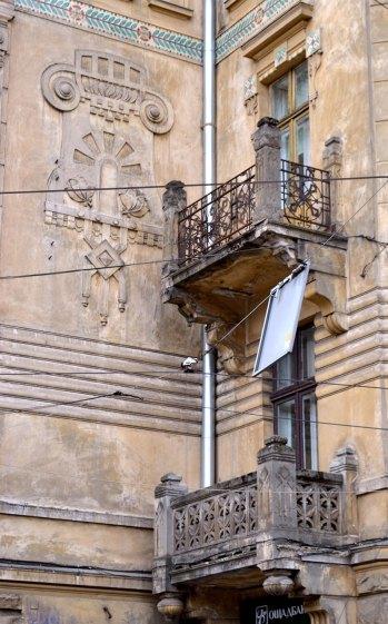 Будинок товариства Дністер. Ковані та різьблені балкони. Вид збоку, фото 2015 року.