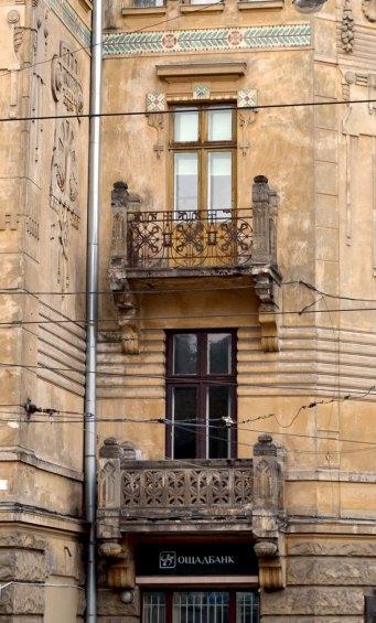 Будинок товариства Дністер. Ковані та різьблені балкони. Вид збоку, фото 2015 року, фото 2015 року.