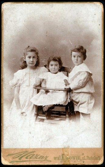 Дитячий портрет Люсі Кіпової , Яніни Мержицької і Тадеуша Фельдштейна, 1898 рік