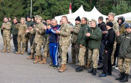Імпровізований концерт солдатів на святі з нагоди Дня захисника Вітчизни на Яворівському полігоні, фото 14 жовтня 2015 року.