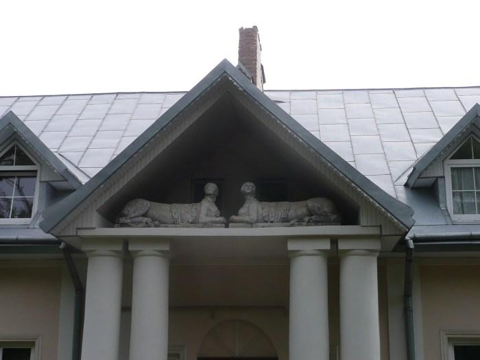 Сфінкси, що сховалися на дашку одного з будинків Зеленої