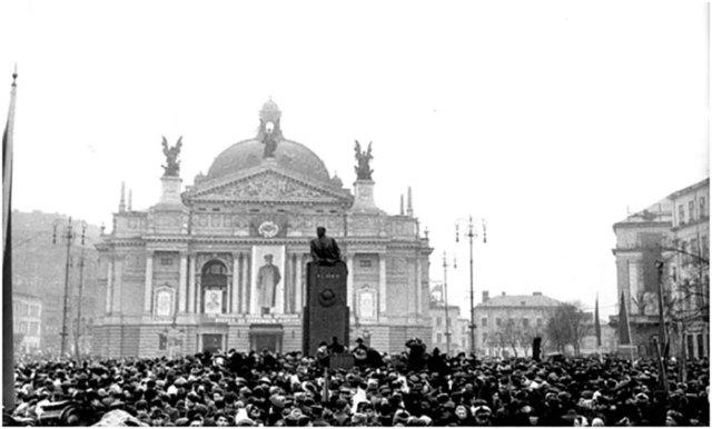 Відкриття пам'ятника Леніну поруч Львівського оперного театру, січень 1952 року.