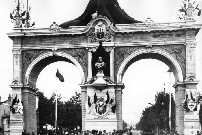 Тріумфальна арка, споруджена з нагоди прибуття до міста імператора Франца-Йосипа І (на перехресті Городоцької і Чернівецької)