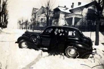 Жінки на фоні авто, ймовірно, професора Єжи Куриловича. Фото 1932-1939 рр.