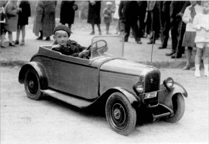 Хлопчик в іграшковому автомобілі. Фото 1935 року.