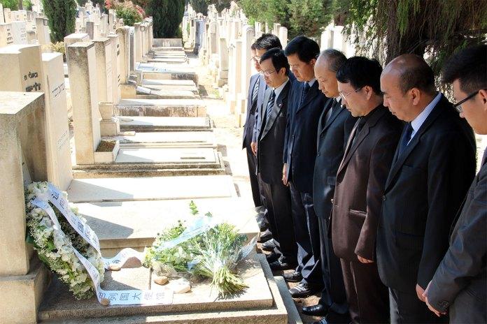 Китайська делегація біля могили Якоба Розенфельда, наш час (фото з сайту il.chineseembassy.org)
