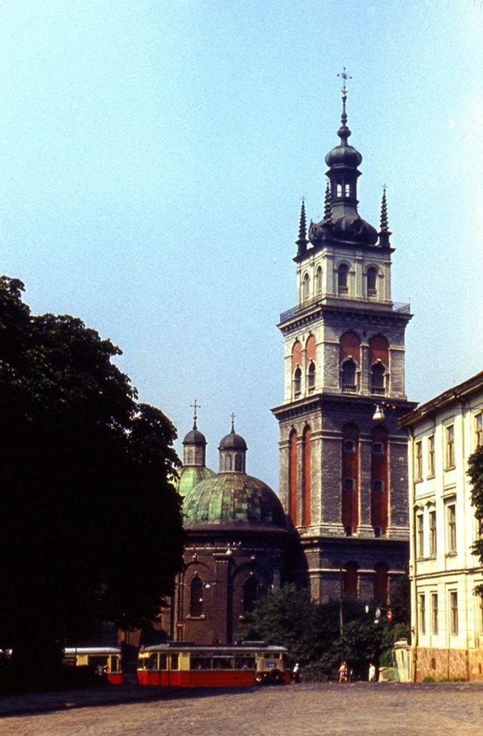 Львів, вид на вулицю Підвальну та скверик перед Успенською церквою. Фото початку 1970-х років.