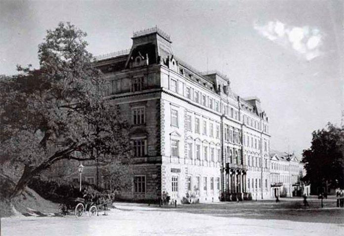 Фото невдовзі після зведення будинку намісництва, 1880-ті (фото з сайту oblrada.lviv.ua)