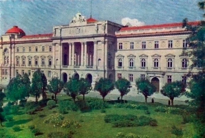 Зелені насадження перед головним корпусом Львівського державного університету імені Івана Франка. Фото 1970-1980-х років.