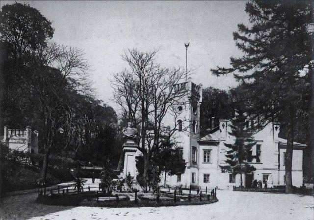 Постамент з погруддям Яна III Собєського перед будинком Стрілецького товариства на вулиці Лисенка. Фото 1900 року