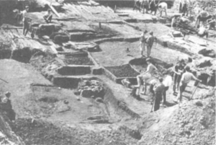 Розкопки на місці будівництва готелю «Золотий Лев» на площі 300-річчя Возз'єднання (Я. Осмомисла). Фото 1992 року.