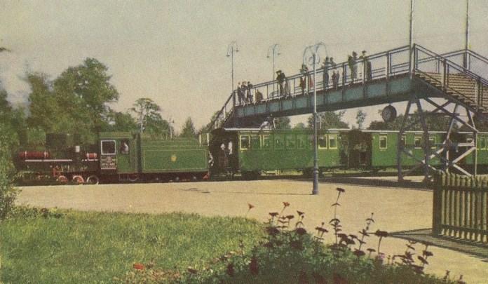 Перехід через колію на станції Дитячої залізниці «Дитяче містечко». Відкритка 1962 року
