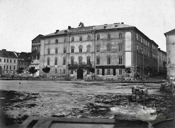 Будівля Народного дому на вулиці Театральній. Ліворуч ще відсутня церква Преображення Господнього, а на місці зйомки тепер будівля Національного музею. Фото до 1878 року.