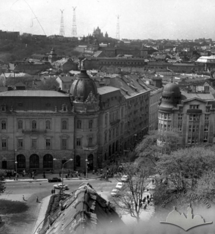 Вид з центру міста на три вежі-глушники на Святоюрській горі. Фото 1950-1980 рр.