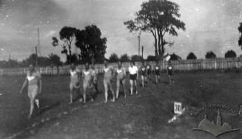 Фізичні вправи на «Українському городі». Фото 1920-30-х років.