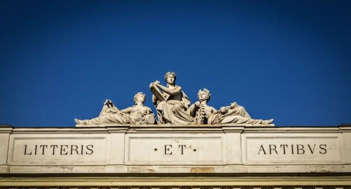 Скульптурна група Л. Марконі на фасаді головного корпусу НУЛП