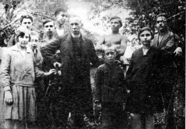 Родина отця Андрія Бандери. Зліва направо: Марта (перша), Олександр (4-й), о. Андрій (6-й), Степан (7-й), Володимира (9-а). Решта осіб не ідентифіковані.
