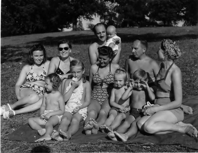 Родина Бандер з друзями на відпочинку. Євгенія Мак (перша зліва), Степан (з правого краю) і Ярослава Бандери, поряд з ними їхні діти Леся й Андрій.