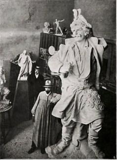 Г. Кузневич під час роботи над пам'ятником. Фото з тижневика Nowości Illustrowane, 1905