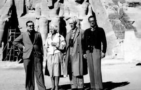 Польські дослідники у Абу-Сімбел. Третій зліва – К. Міхаловський