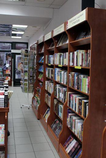 Інтер'єр книгарні «Є»