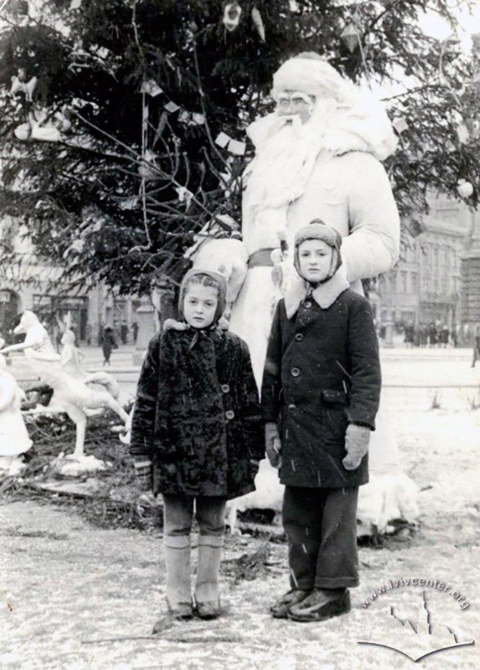 Новорічна ялинка на проспекті Леніна (Свободи) поруч з Оперним театром. Фото 1949 року