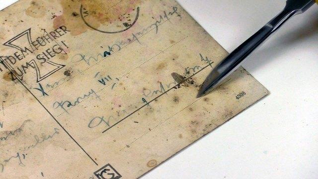 Механічне очищення поверхні поштівки за допомоги скальпеля