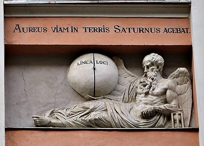 Бог Сатурн на будинку «Пір року» (фото Тетяна Жернова, 2015 рік)
