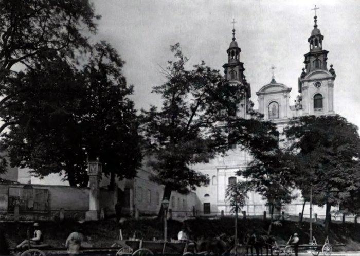 Колона Сикстів та костел Марії Магдалини. Фото 1912 р.