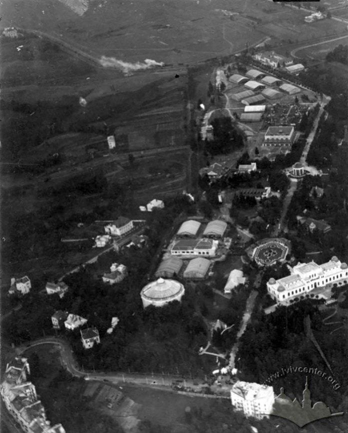 Вид з літака на центральну алею Східних торгів. Фото: 1921-1930 рр.