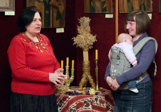 Марія Магунь та найменша відвідувачка відкриття виставки з мамою