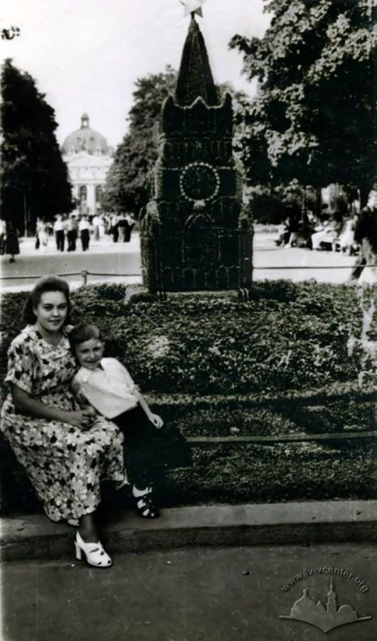 Зелена інсталяція у вигляді Кремля на вул. 1 травня (пр. Шевченка). Фото 1950-х рр.