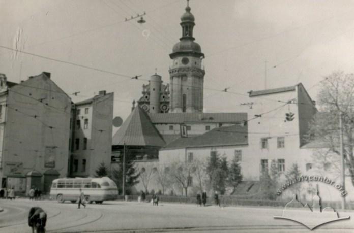 Реставрований під житловий будинок давній мур Бернардинського монастиря. Фото 1960-1965 рр.