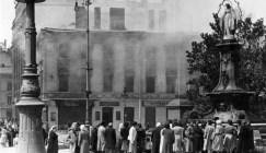 Ушкоджений бомбами будинок колишнього готелю Центральний. Фото 1941 року