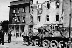 Вид на з площі Івана Підкови на зруйнований колишній дикастеріальний будинок. Фото 1941 року