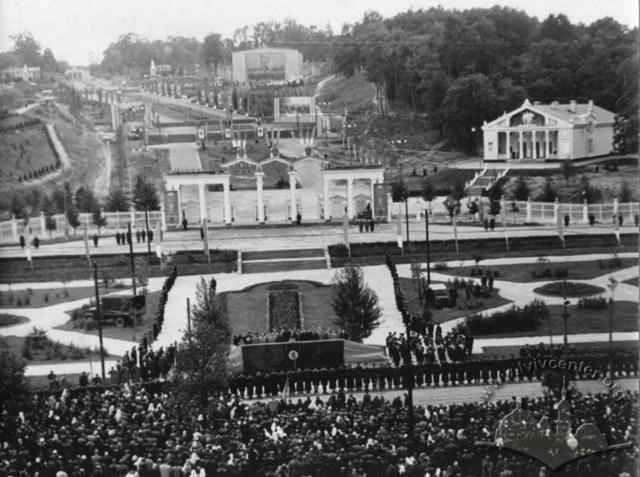 Загальний вигляд Парку культури під час відкриття 4 с/г виставки. Фото 1954 року