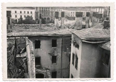 Поруйнований колишній готель Центральний на розі вулиць Коперника та пр. Свободи. Фото 1941 року