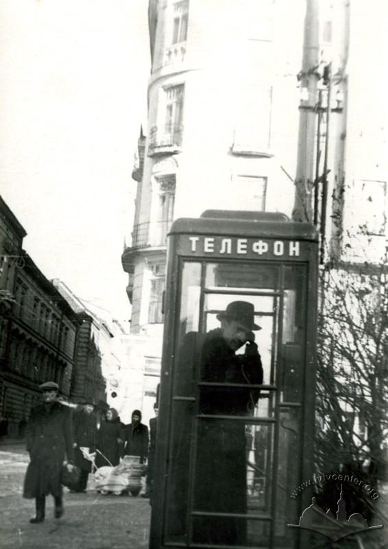 Телефонна будка на вул. Кілінського (сучасна вул. Памви Беринди). Світлина бл. 1955р