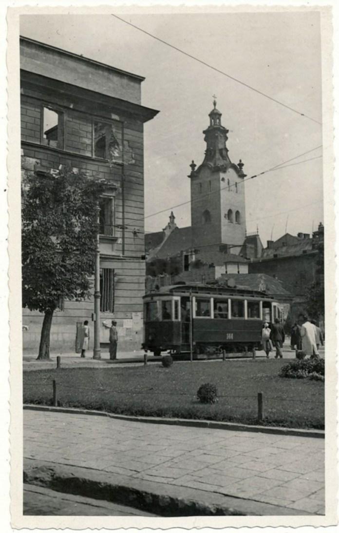 Знищений колишній дикастеріальний будинок. Вигляд з проспекту Свободи. Фото 1941 року