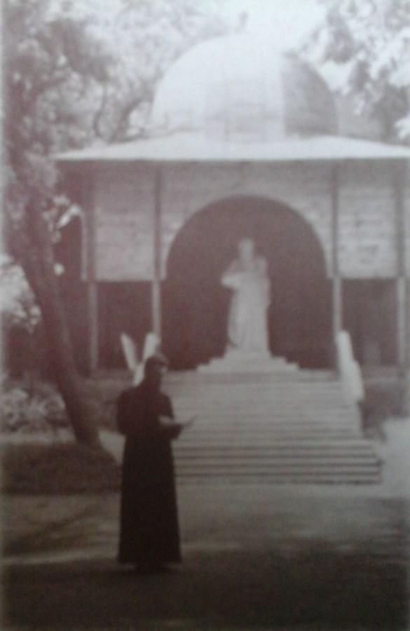 Йосип Сліпий на фоні каплиці з пам'ятником Андрею Шептицького. Фото 1932-35 рр.