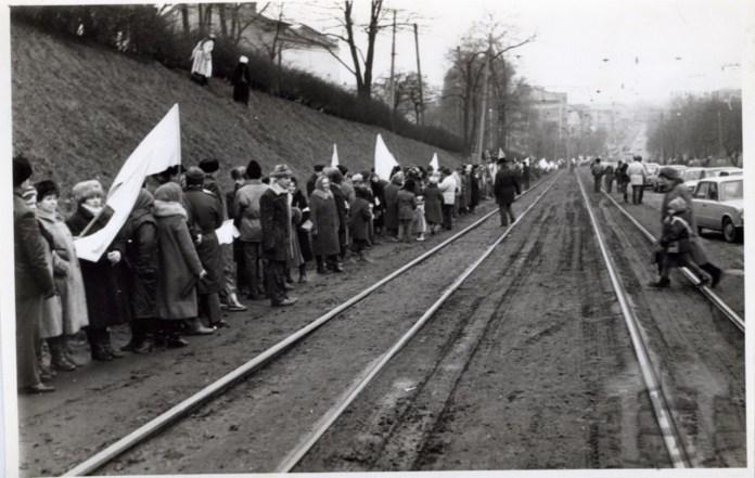 """Учасники """"живого ланцюга"""" на вул. Личаківській. Фото 1990 року. Взято з """"Територія терору"""""""