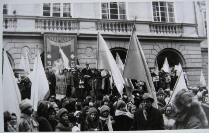 Мітинг біля Ратуші з нагоди дня Соборності. Фото 1990 року. Автор Андрій Книш