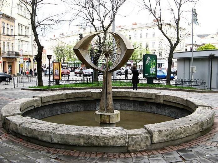 Територія на розі вул. Князя Романа і Галицької, де ймовірно знаходився костел Воздвиження Святого Хреста. Сучасне фото