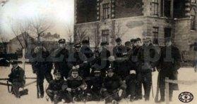 Перший загін захисників Львова біля школи ім. Г. Сенкевича, листопад 1918 р.