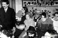 Колядники в помешканні Олени Антонів. На фото: перший зліва – Михайло Горинь, на дивані, сидить в солов'яному капелюсі Мар'ян Гатала, перед ним, в капелюсі та гримі Стефанія Шабатура.