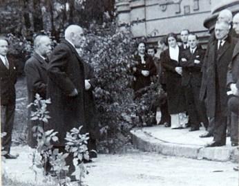 Сенатор Дацикевич та Іларіаон Свенціцький на урочистостях з нагоди відкриття пам'ятнику Шептицькому біля Національного музею. Фото 1935 року