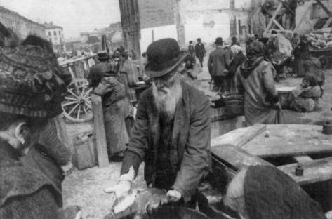 Стихійний ринок на площі Сольських. Фото 1910 року