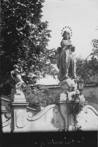 Скульптура янгола та Богоматері на сходах костелу Св.Антонія. Фото 1912 року