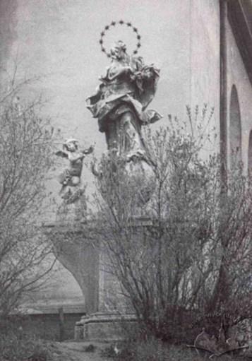 Фігура Матері Божої біля костелу Марії Сніжної. Фото 1920-1939 рр.