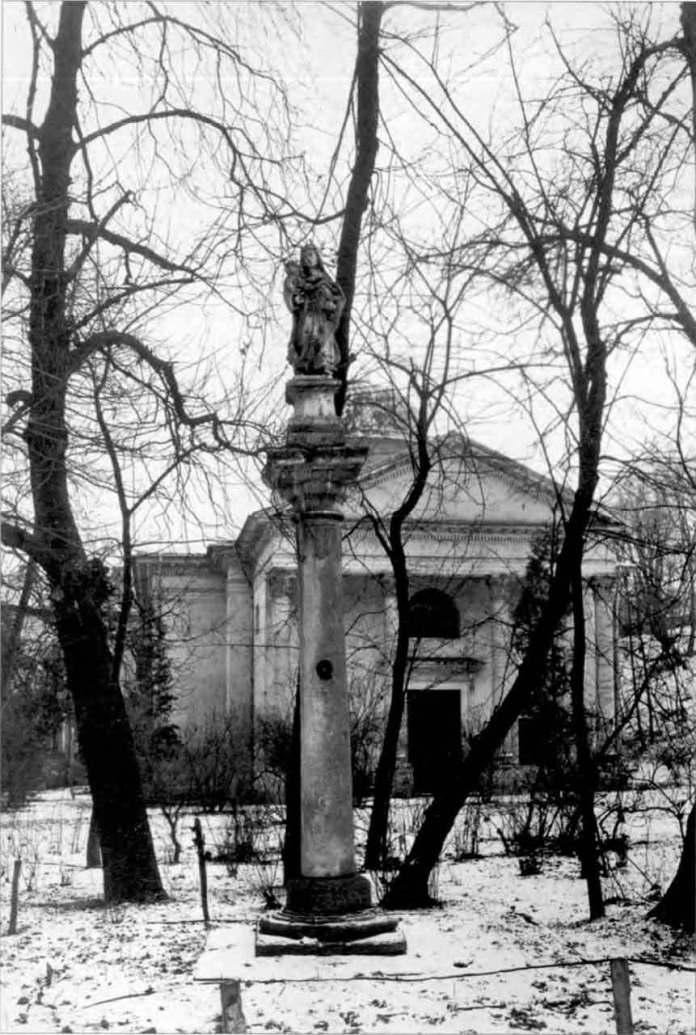 Колона з Богоматір'ю перед закладом Оссолінських на вулиці Словацького. Фото 1920-х рр.